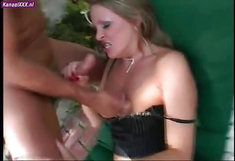 Dit is hoe ze het wil ruw in haar mond kutje en aars genaaid worden