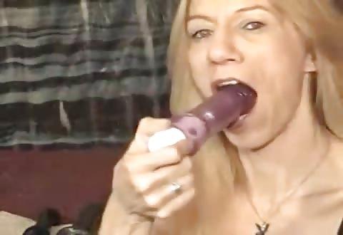 rijpe snol slikt seksspeeltje alsof het een degen is