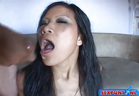 zaad in en op haar mond
