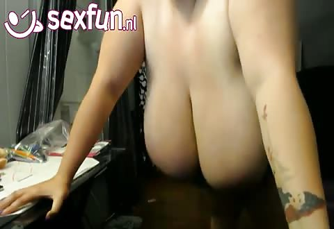 Zij showt schud en speelt met haar mollige tetten voor de cam