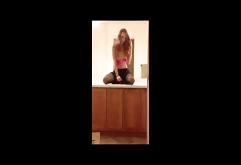 Schattig tienerslet meiske maakt geniepig een sextoy film in de badkamer