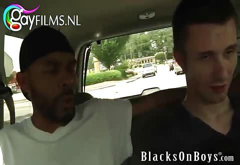 witte jongeman pijpt en word door een zwarte jongeheer gepenetreerd