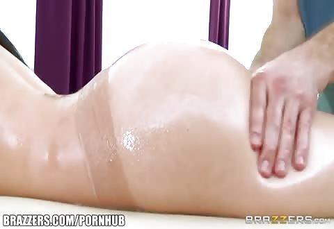 Tijdens de massage pijpt de opgewonden dame de dikke jongeheer en word ze aangeduwd