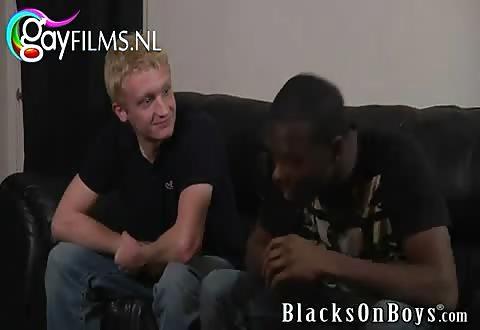 De blonde jongeman zuigt en laat zich door de neger snikkel anal batsen