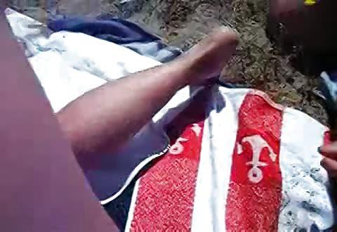 Amateur snolletje laat zichzelf kezen op het strand door een voorbijganger