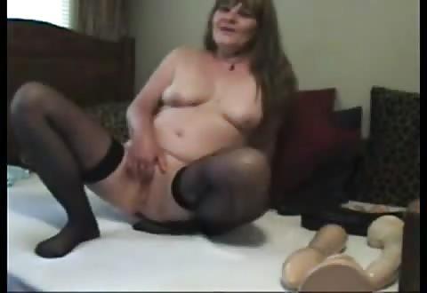 opgewonden oude vrouw berijd mollige dildo