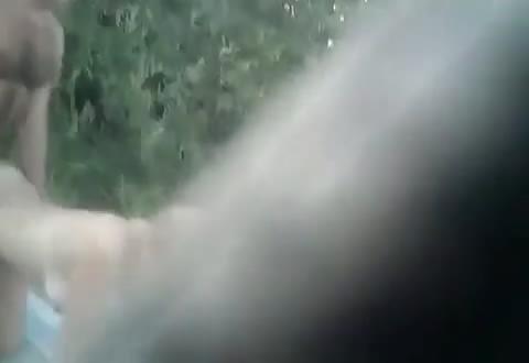 Tijdens het kezen op het strand met de verborgen videocamera gefilmd