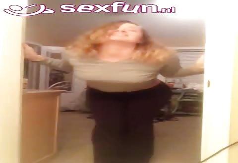 Voor de webcam laat ze haar naakte voorgevel en billen zien