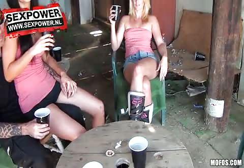 De dames doen hun kleedij uit en laten zichzelf nakend filmen