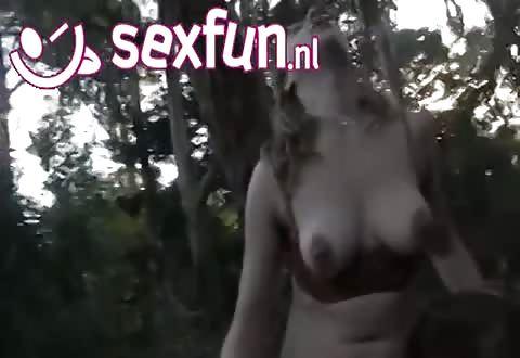 In het woud krijgen de 2 lesbis dames een climax
