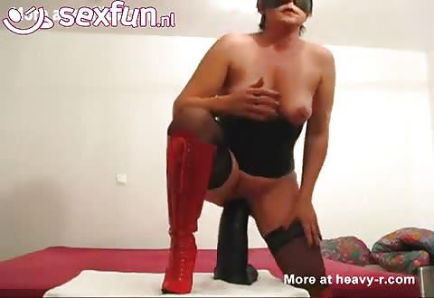 Als voorspel neukt ze een flinke sexspeeltje