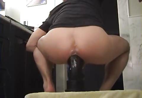 homo zakt met zijn bips over mollig seksspeeltje