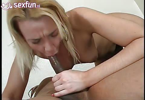 De lange neger jongeheer word gepijpt en neukt het blondje anal