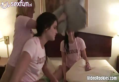 Een kussen gevecht met 3 lesbiennen dames