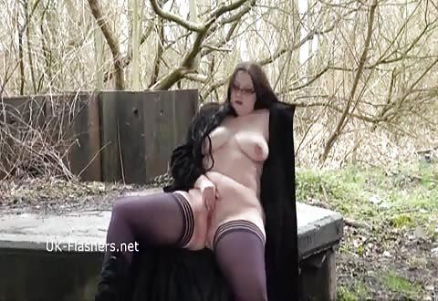 Spannende vette bitch mastubeerd in het openbaar haar geschoren doos