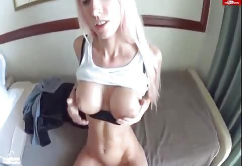 Magere blonde bimbo krijgt haar kutje vol cum