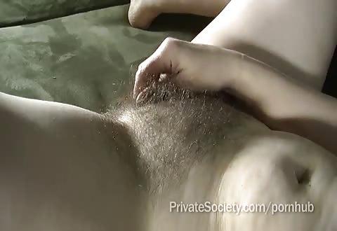 Hoerige huisvrouw masturbeert terwijl ze opgenomen en anal gevingerd word