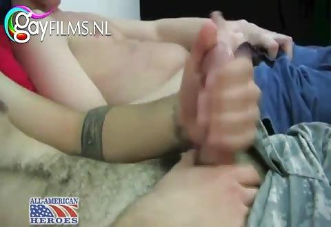 Soldaat laat zich afttrekken en pijpen door de sletterige gast