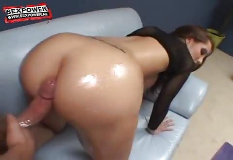 Met haar mollige zitvlak trekt het moppie de mollige penis af