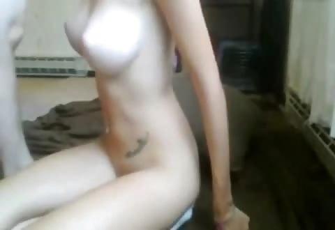 Wulps jong stel doet verzoekjes tijdens webcam porno