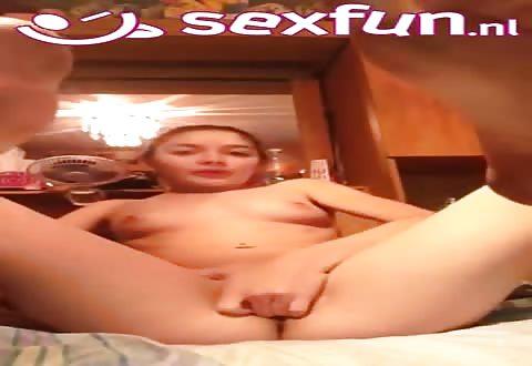 Zij propt vingers in haar flamoes en masseert haar clitoris