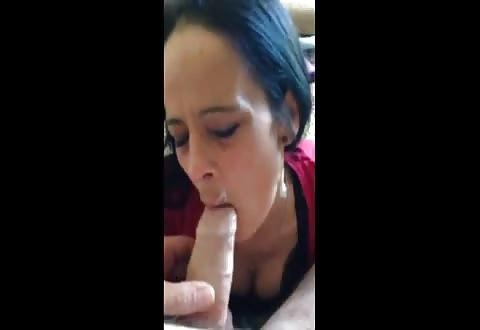Ze pijpt de grote lid die net haar bekkie vol cum spoot