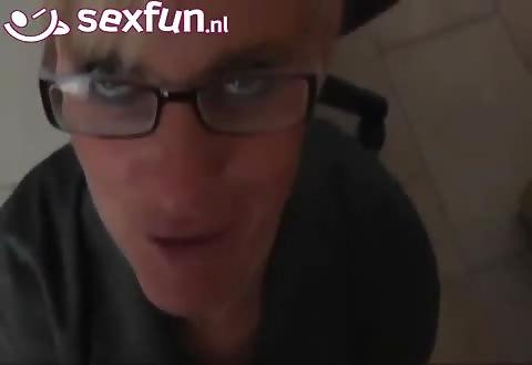Wulps blondje laat haar mond en bril in verscheidene scenes vol cum ejaculeren