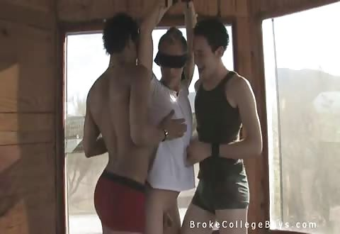 Lekker jong homo stel speelt met vastgebonden jongen