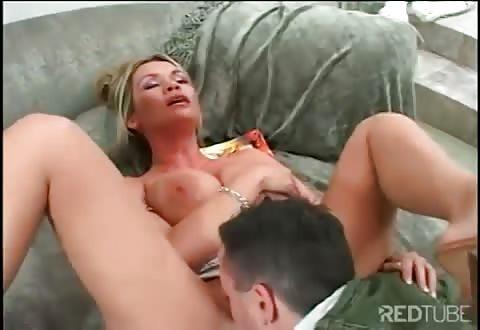 Pizzabezorger krijgt een blowjob beurt van de milf en naait haar