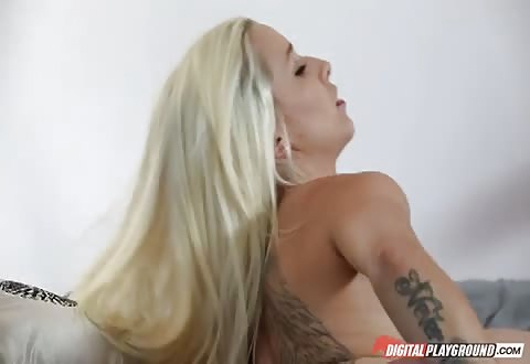 In een merkwaardig huis zuigt zij word ze gelikt en geketst en krijgt cum op haar bekkie