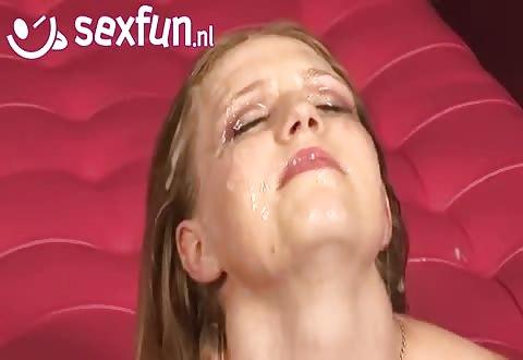 Een hoerige cum gangbang