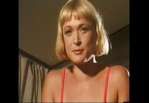 Blonde moeder vingert haar behaarde kutje en plast