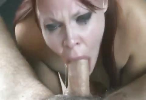 Erotische roodharige lellebel deepthroat zijn fallus