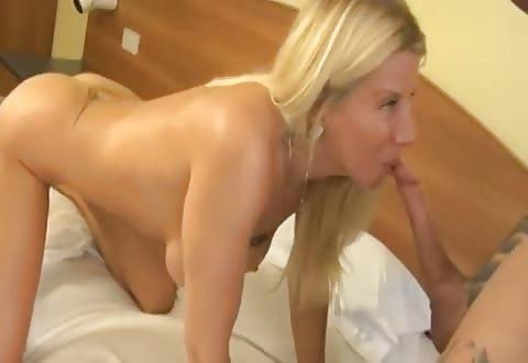 De smakelijke blondine word gelikt pijpt de harde penis en word in haar doos en achterste aangeduwd