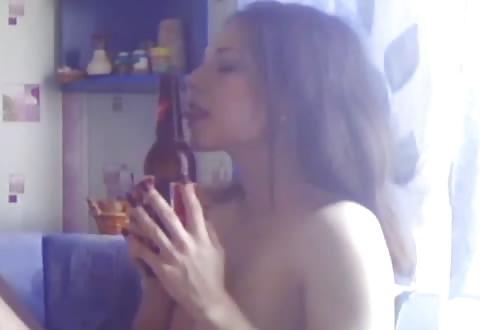 Dit is een slet naar mijn hart, met een bierflesje als seksspeeltje