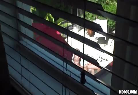 Hij filmt hoe de buurvrouw gevingerd word en de snikkel van de buurman zuigt