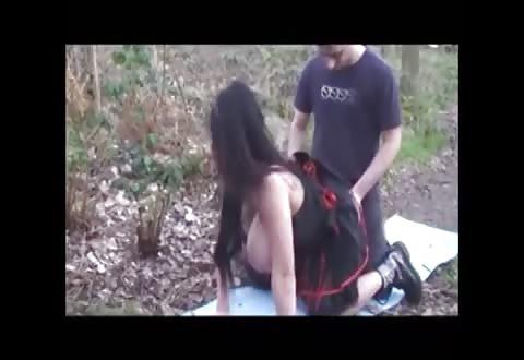 Geile fatsige bitch gangbang genomen in de bosjes