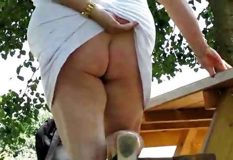 Een bad-ass sletterige grootmoeder masturbeert haar kutje in het park