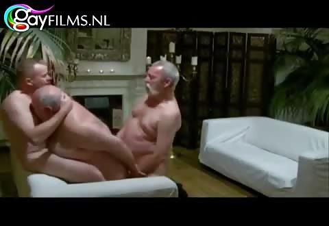 rijpe mannen afzuigen en kezen anal in deze trio porno