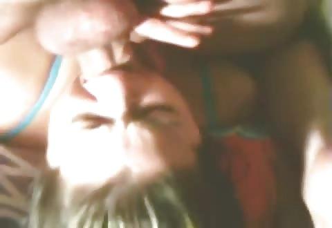 Amateur sletje innig in haar keel aangeduwd tot kotsen aan toe