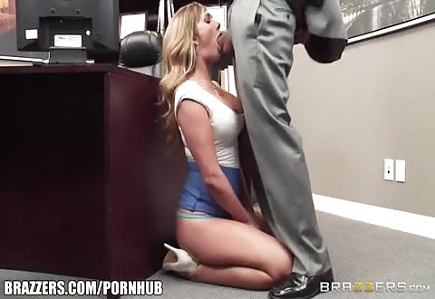 Zittend op de knietjes word haar mond gepakt