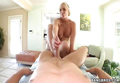 Ook met haar voeten trekt ze de enorme jongeheer af