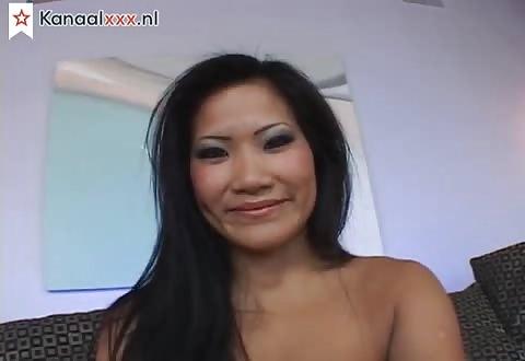 Het aziatische hoertje trekt de slip in haar bald kale gleuf