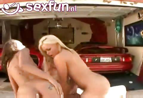 Deze rijke stinkerd heeft drie bevredigende mokkels om te  sexen