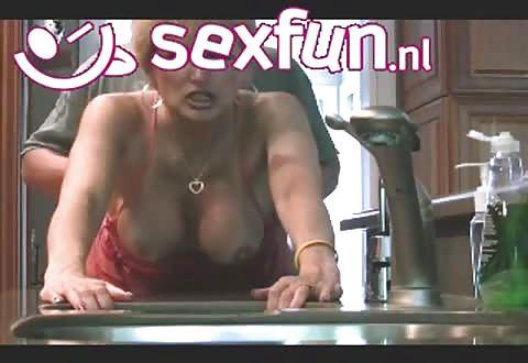 rijpe amateur meid staat met open pruim op zijn penis te wachten