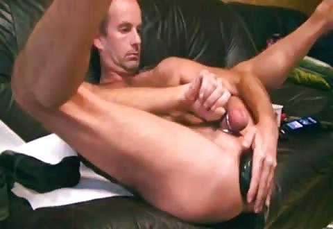 appetijtelijke gay steekt een gezette anaal seksspeeltje in zijn aars