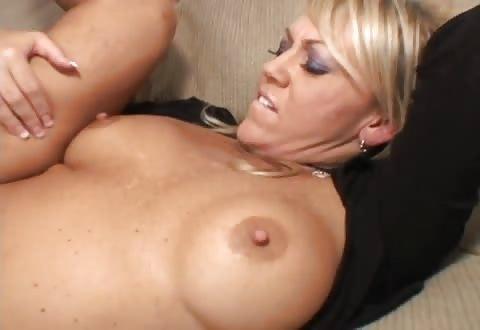 hitsige huisvrouw zuigt laat zichzelf bonken en haar scheur vol cum ejaculeren