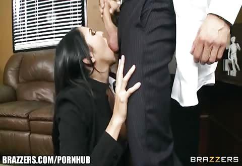 Haar hand glijd in de spijkerbroekje en haalt de flinke jongeheer er uit die ze pijpt en haar naait