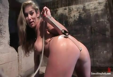 Kinky hottie naait haar wulps achterste met een klysma dildo