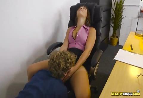 Ze laat haar poes kutlikken zuigt hem en laat zich berijden